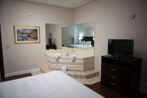 jaccuzzi suite in pigeon forge